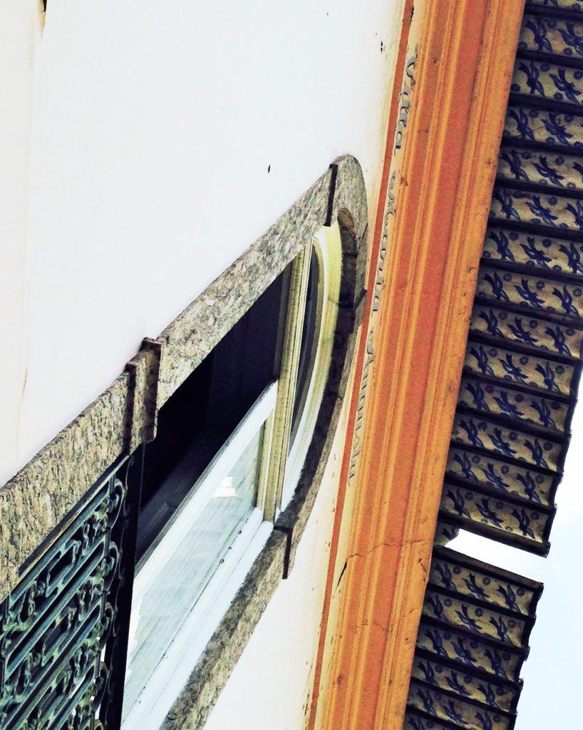 Detalhes das telhas decoradas logo na entrada