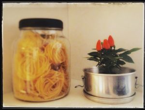 Minha coleção de cadeirinhas com lacres de espumantes - Comecei inspirada na revista Casa e Jardim