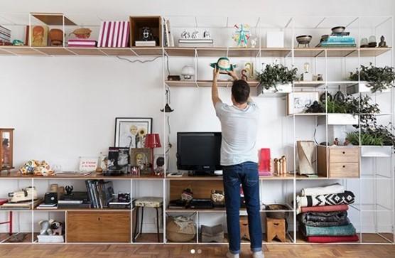 Procurando uma ideia de estante econômica e estilosa?