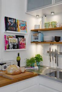Livros na cozinha: praticidade e aconchego